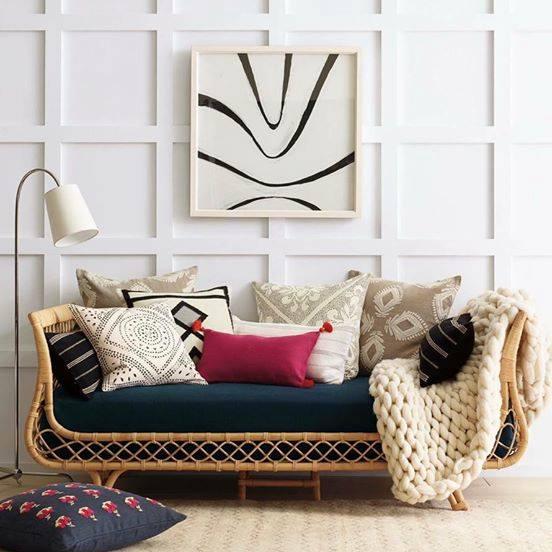 Sofa bằng mây kết hợp nệm vải hiện đại một cách hài hòa ấm cúng nhưng không kém sang trọng