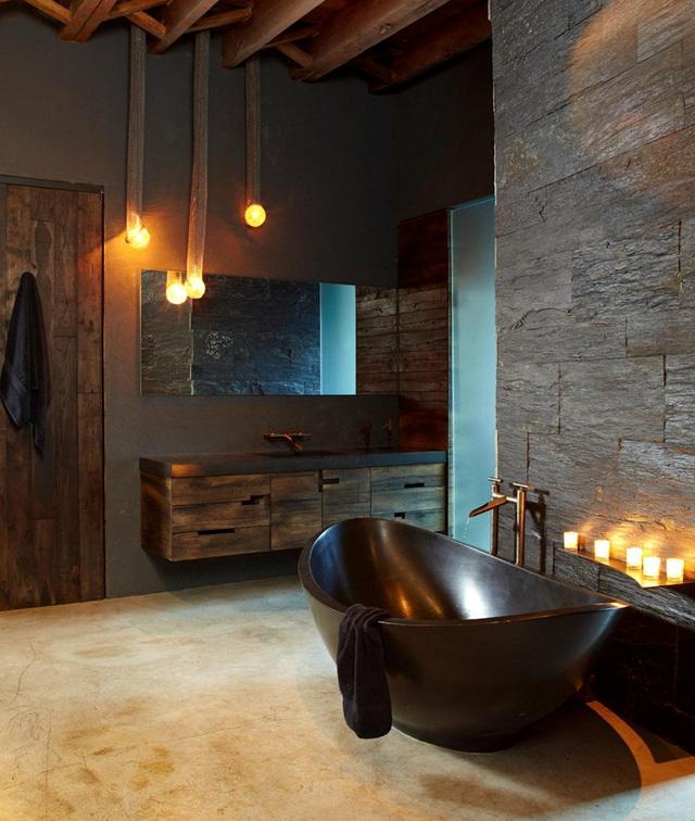Thiết bị vệ sinh bằng kim loại thường được sử dụng trong nhà tắm phong cách công nghiệp