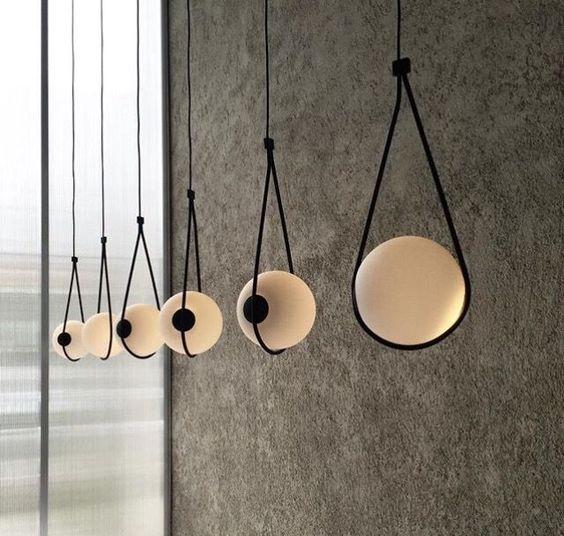 Dây đèn trang trí khiến không gian đem lại sự ấm áp và lãng mạn cho căn phòng