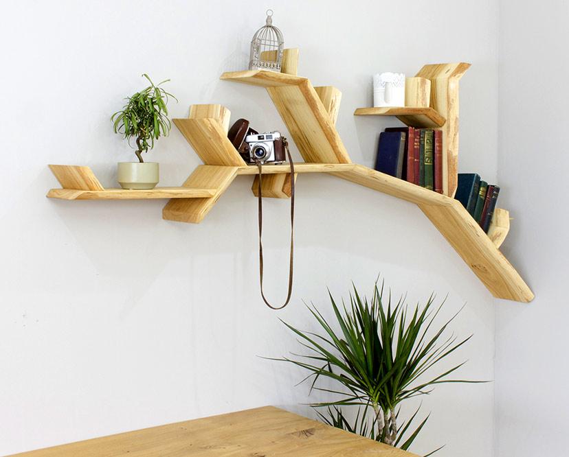Kệ sách hình nhánh cây vươn ngang độc đáo đặt trong góc phòng khách