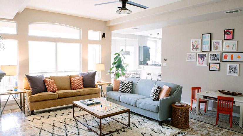 Ghế sofa thoải mái, hài hòa và được sắp xếp tập chung vào giữa hoặc một hướng