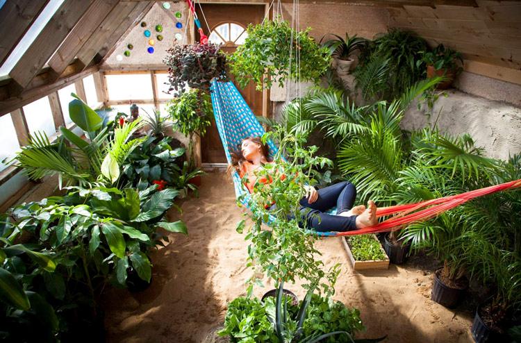Biến không gian tràn ngập ánh nắng và gió của phòng áp mái thành một khu vườn xanh mát trong ngôi nhà mình