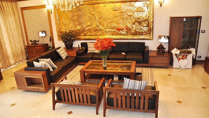 Phòng khách trang trí vói đồ gỗ hợp phong thủy