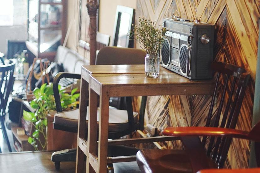 Tường gạch nứt nẻ và sàn lót gạch bông là đặc trưng của những quán café hoài cổ