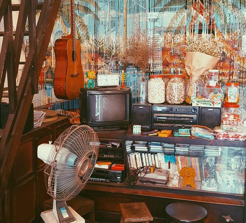 Các vật dụng nội thất trong cửa hàng đều mang phong cách cũ kỹ đặc trưng