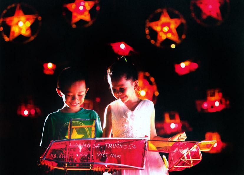 Đèn lồng truyền thống với tre và giấy kiếng