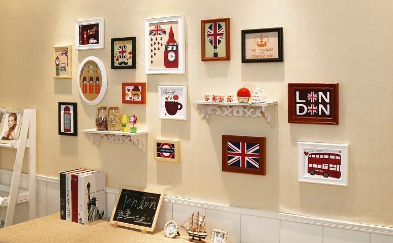 Bộ khung ảnh treo tường kết hợp với kệ gỗ và sản phẩm decor