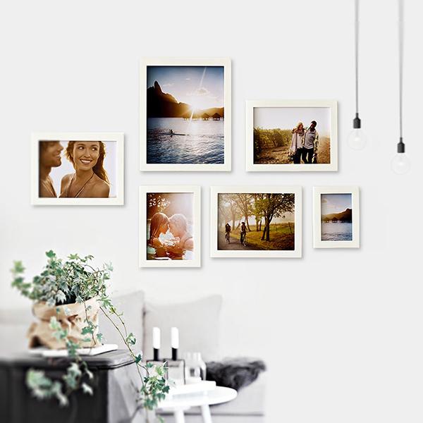 Bộ khung ảnh treo tường hiện đại, kết hợp với sản phẩm decor và đèn chiếu sáng