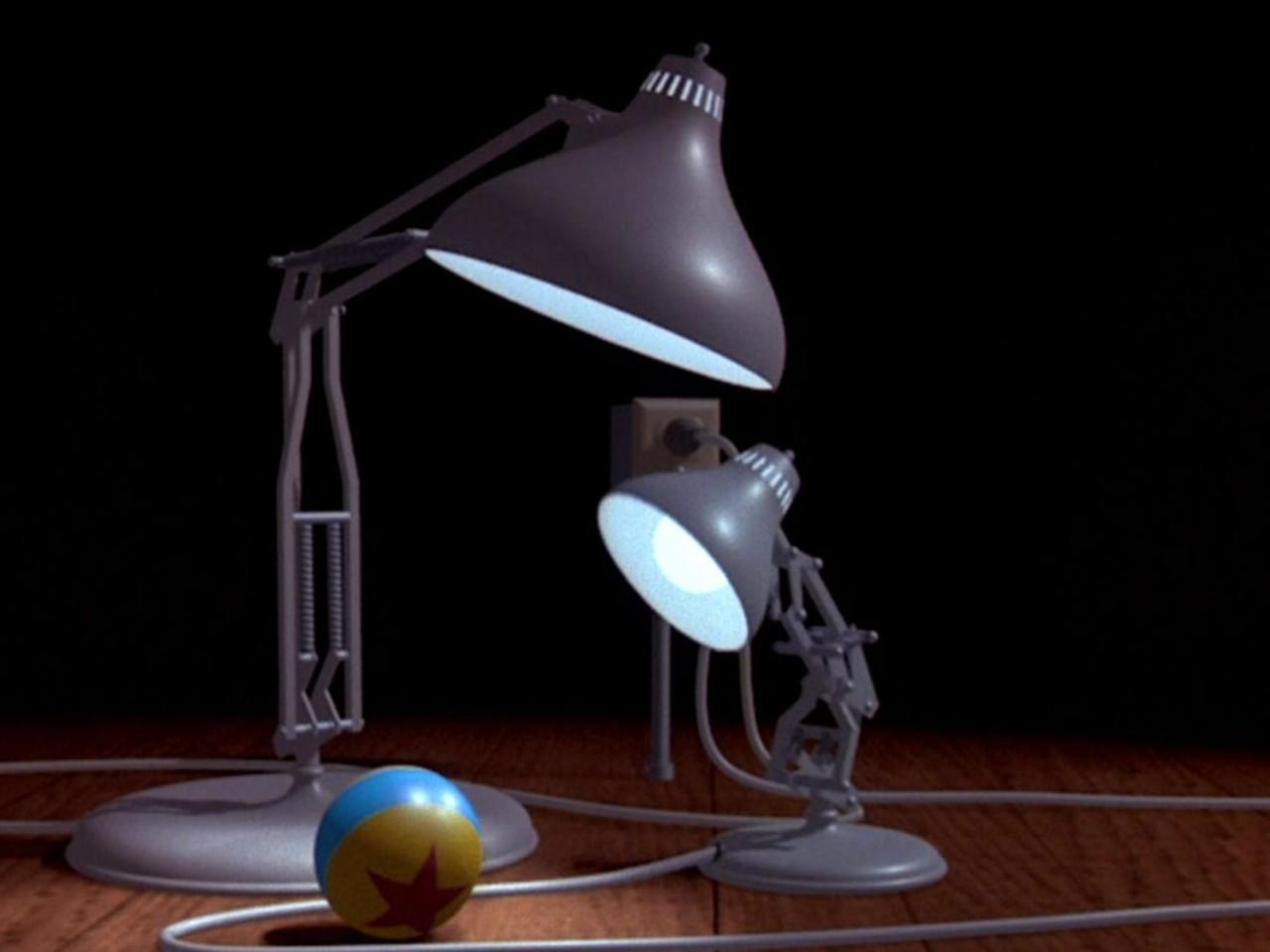 chiếc đèn bàn lớn tên là Luxo, quả bóng vàng và một chiếc đèn bàn nhỏ
