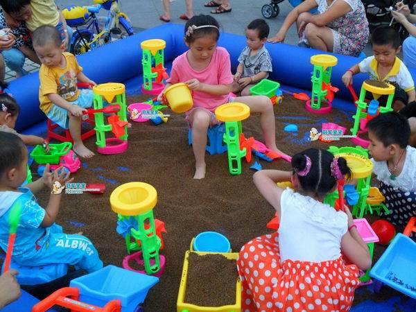Bộ Đồ Chơi Xúc Cát Trẻ Em cũng là trò chơi mang tính xây dựng, tập thể ngoài biển hoặc trong nhà