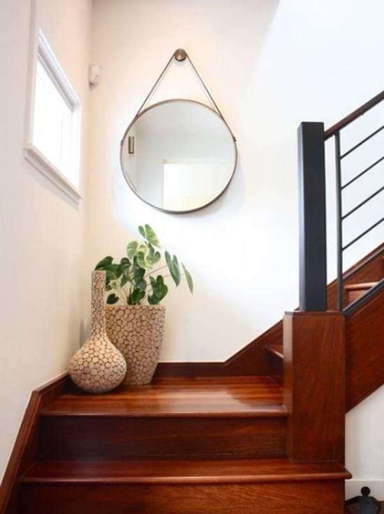 Gương hình tròn có dây treo tường cầu thang